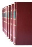 Fila de libros con la cubierta de cuero dura roja Imagenes de archivo