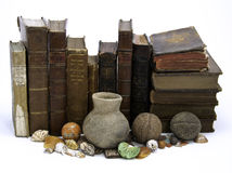 Fila de libros y de artefactos Fotografía de archivo
