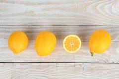 Fila de limones en la tabla de madera Foto de archivo libre de regalías