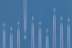Fila de los aeroplanos que vuelan cerca fotografía de archivo
