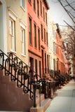Fila de los apartamentos de New York City del ladrillo y de la arenisca de color oscuro vistos de exterior foto de archivo