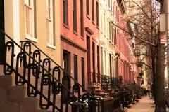 Fila de los apartamentos de New York City del ladrillo y de la arenisca de color oscuro vistos de exterior imagen de archivo libre de regalías