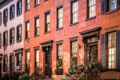 Fila de los apartamentos de New York City del ladrillo y de la arenisca de color oscuro vistos de exterior fotos de archivo
