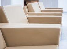 Fila de los asientos en área de la sala de espera Foto de archivo libre de regalías