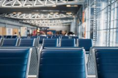 Fila de los asientos en zona que espera del aeropuerto, nadie foto de archivo libre de regalías