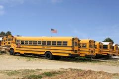Fila de los autobuses escolares americanos, los E.E.U.U. Foto de archivo libre de regalías