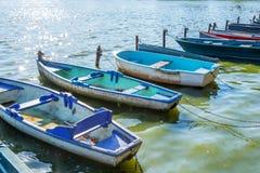 Fila de los barcos coloridos del viejo vintage en el lago de los les Bains de Enghien cerca de París Francia Imagen de archivo libre de regalías