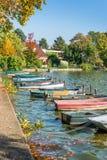 Fila de los barcos coloridos del viejo vintage en el lago de los les Bains de Enghien cerca de París Francia Fotos de archivo libres de regalías