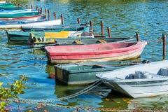 Fila de los barcos coloridos del viejo vintage en el lago de los les Bains de Enghien cerca de París Francia Fotografía de archivo