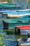 Fila de los barcos coloridos del viejo vintage en el lago de los les Bains de Enghien cerca de París Francia Imagen de archivo