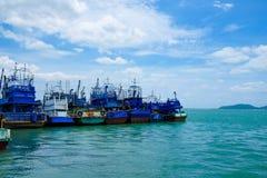 Fila de los barcos de pesca azules Fotografía de archivo