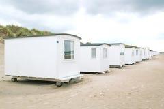 Fila de los beachhouses blancos fotos de archivo libres de regalías