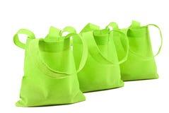 Fila de los bolsos verdes de neón del paño Fotografía de archivo