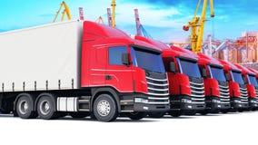 Fila de los camiones del cargo en el puerto marítimo Imagenes de archivo
