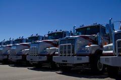 Fila de los camiones occidentales de la estrella en una representación imagen de archivo