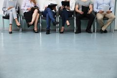 Fila de los candidatos que se sientan en silla imagen de archivo