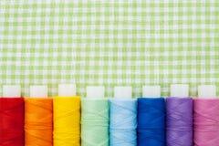 Fila de los carretes coloridos del hilo fotos de archivo libres de regalías