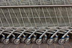 Fila de los carros de compras del metal Imagen de archivo
