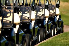 Fila de los carros de golf de la vista delantera Foto de archivo
