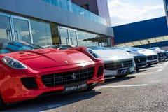 Fila de los coches de Ferrari Foto de archivo libre de regalías