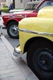 Fila de los coches retros. Foto de archivo libre de regalías