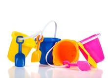 Fila de los compartimientos o de los cubos coloridos de la playa Foto de archivo libre de regalías