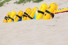 Fila de los dispositivos salvavidas del floation en la playa Foto de archivo libre de regalías