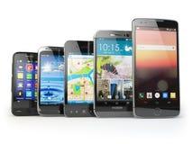 Fila de los diversos smartphones aislados en blanco Imagenes de archivo
