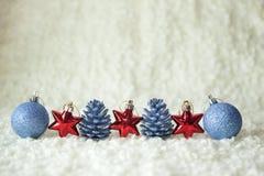 Fila de los elementos de la decoración de la Navidad Foto de archivo libre de regalías