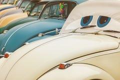 Fila de los escarabajos de Volkswagen del vintage a partir de los años 70 Foto de archivo libre de regalías
