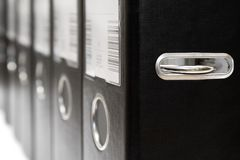Fila de los ficheros negros de la palanca del arco fotos de archivo libres de regalías