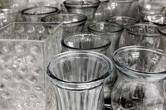 Fila de los floreros de cristal para la exhibición en estante Imagenes de archivo