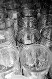 Fila de los floreros de cristal para la exhibición en estante Fotos de archivo