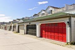 Fila de los garages de estacionamiento fotos de archivo