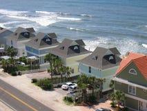 Fila de los hogares de la playa Fotos de archivo