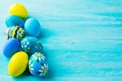 Fila de los huevos de Pascua pintados a mano azules fotos de archivo