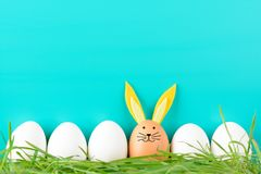 Fila de los huevos de Pascua con los adornos Foto de archivo libre de regalías