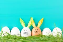 Fila de los huevos de Pascua con los adornos Fotos de archivo
