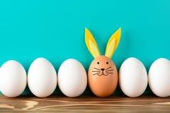 Fila de los huevos de Pascua con los adornos Imagenes de archivo