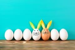 Fila de los huevos de Pascua con los adornos Fotos de archivo libres de regalías