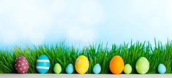 Fila de los huevos de Pascua en hierba Fotografía de archivo