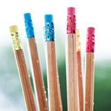 Fila de los lápices del color en fondo verde Arte Fotografía de archivo