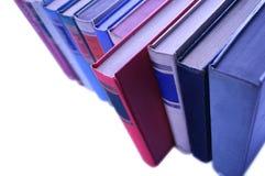 Fila de los libros alineados en fila Fotos de archivo libres de regalías