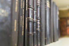 Fila de los libros viejos 2 imagenes de archivo