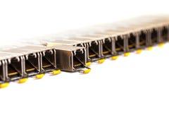 Fila de los módulos enchufables de la red del pequeño factor de forma de SFP de Internet para el interruptor de red Cierre para a foto de archivo libre de regalías