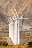 Fila de los molinos de la energía eólica Fotos de archivo
