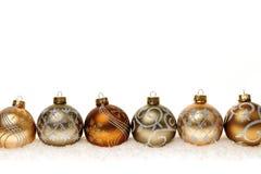 Fila de los ornamentos de la Navidad del oro Fotografía de archivo