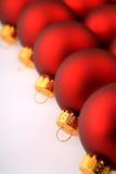 Fila de los ornamentos rojos del árbol de navidad Imagenes de archivo