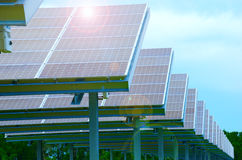 Fila de los paneles solares enormes produciendo electricidad Imagenes de archivo