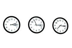 Fila de los relojes aislados imágenes de archivo libres de regalías